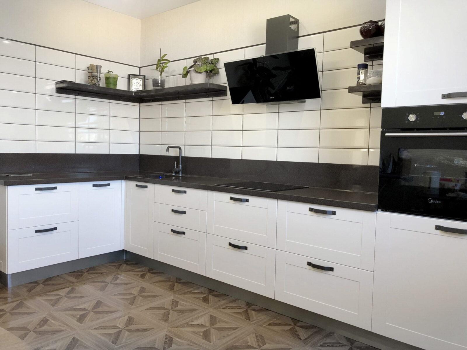 Белая угловая кухня с рамочными фасадами 1