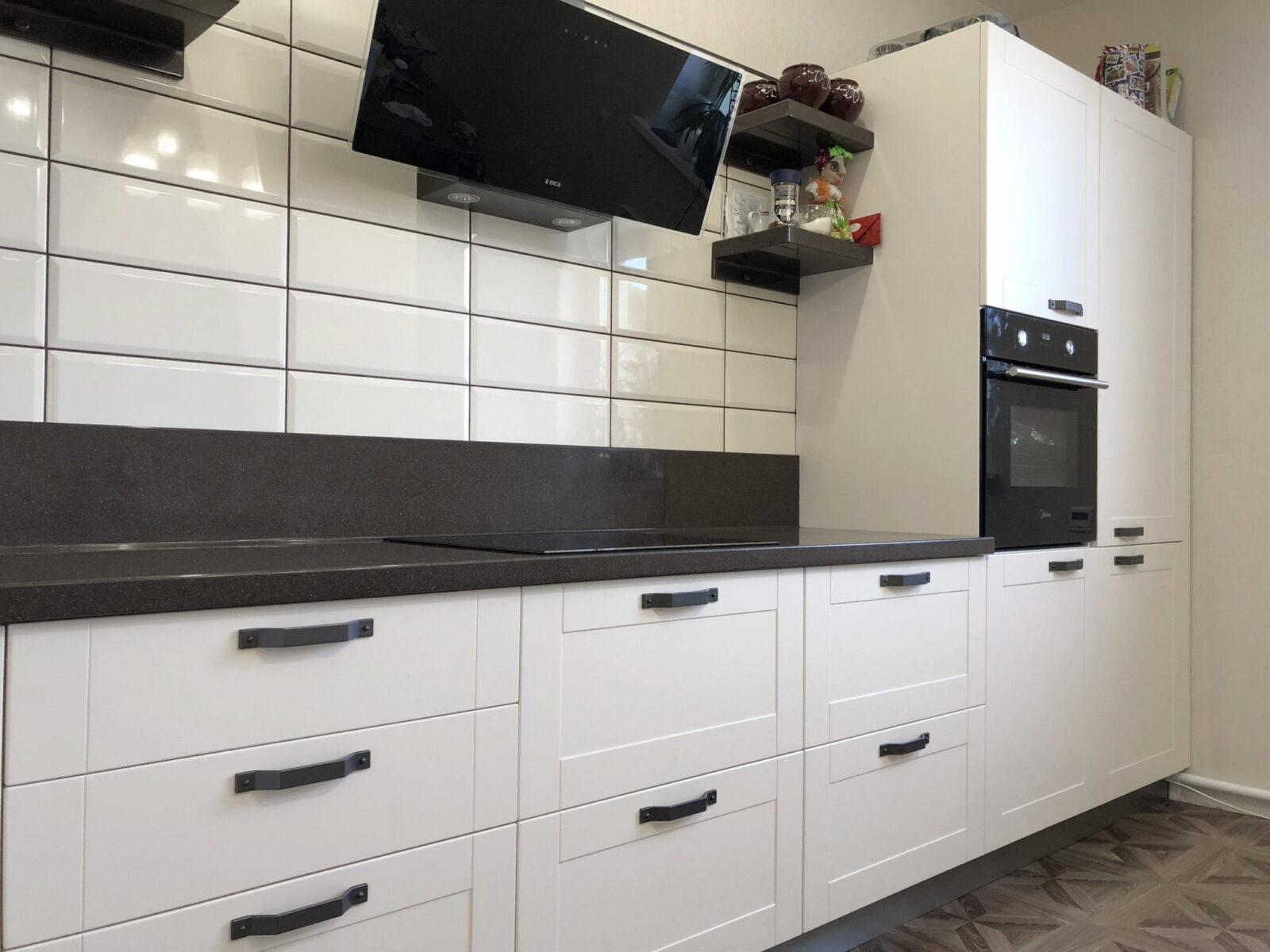 Белая угловая кухня с рамочными фасадами 3