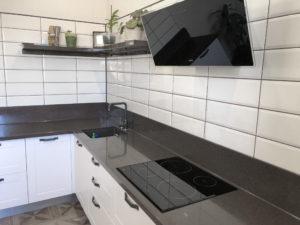 Белая угловая кухня с рамочными фасадами 4