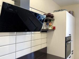 Белая угловая кухня с рамочными фасадами 5