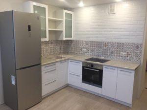 Белая угловая кухня с серой глянцевой столешницей 1