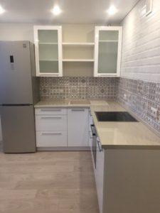 Белая угловая кухня с серой глянцевой столешницей 2