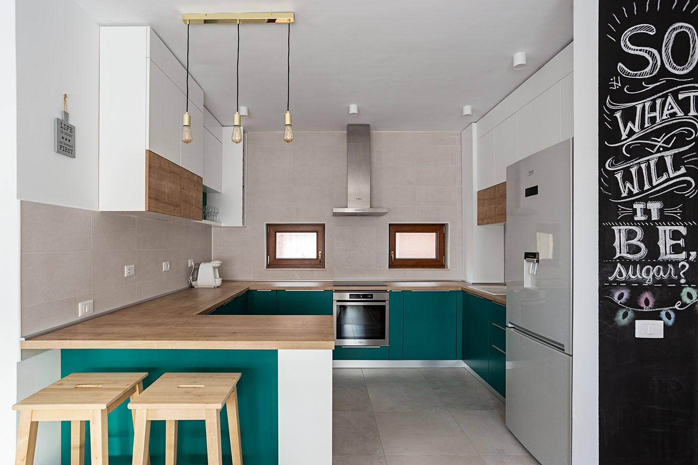 Бело-изумрудная п-образная кухня 1