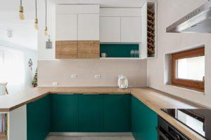 Бело-изумрудная п-образная кухня 2