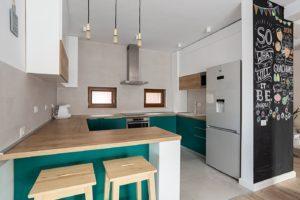 Бело-изумрудная п-образная кухня 3