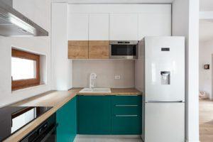 Бело-изумрудная п-образная кухня 6