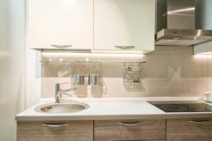 Линейная бело-древесная кухня с дизайнерскими ручками 2