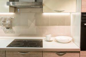 Линейная бело-древесная кухня с дизайнерскими ручками 3