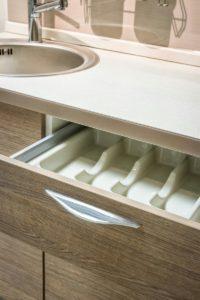 Линейная бело-древесная кухня с дизайнерскими ручками 4