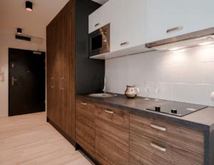 Линейная бело-древесная кухня с черной столешницей 1