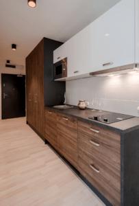 Линейная бело-древесная кухня с черной столешницей 2