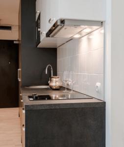 Линейная бело-древесная кухня с черной столешницей 3