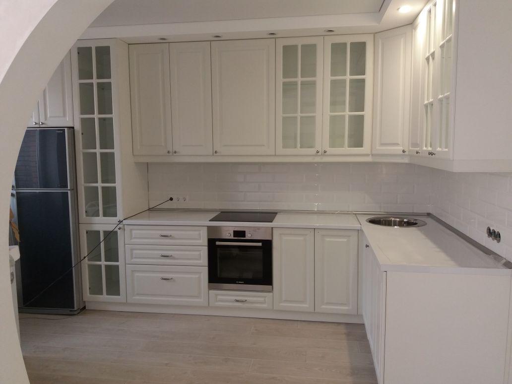 Угловая белоснежная кухня с рамочными и витражными фасадами 1
