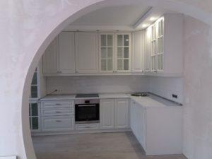 Угловая белоснежная кухня с рамочными и витражными фасадами 2