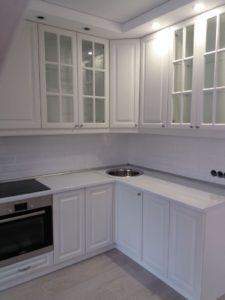 Угловая белоснежная кухня с рамочными и витражными фасадами 3