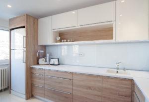Угловая бело-древесная кухня с подсветкой и накладными ручками 1