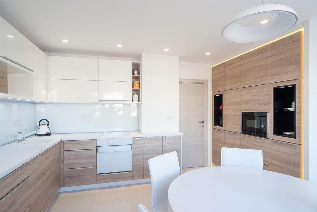 Угловая бело-древесная кухня с подсветкой и накладными ручками 2