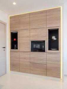 Угловая бело-древесная кухня с подсветкой и накладными ручками 3