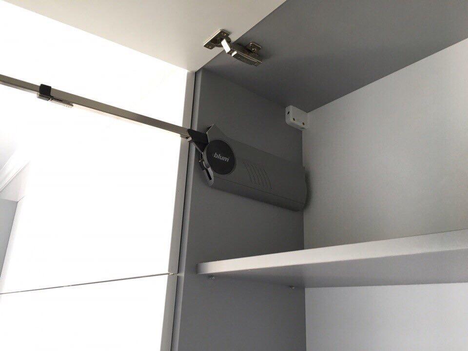 Угловая бело-лазурная кухня со скрытыми ручками  5