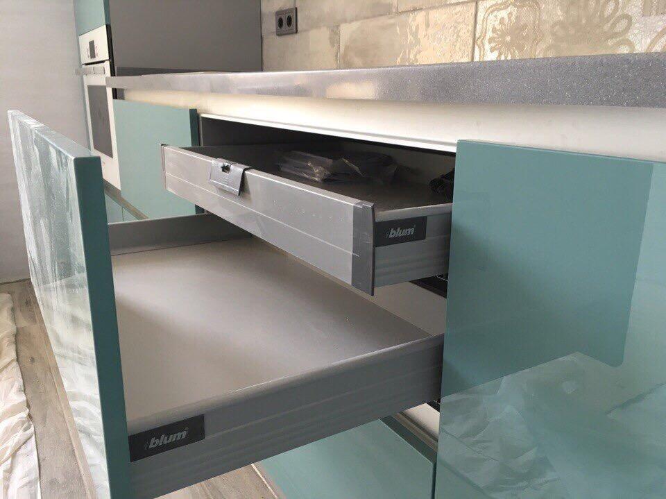 Угловая бело-лазурная кухня со скрытыми ручками 4