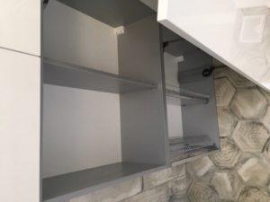 Угловая бело-лазурная кухня со скрытыми ручками 6