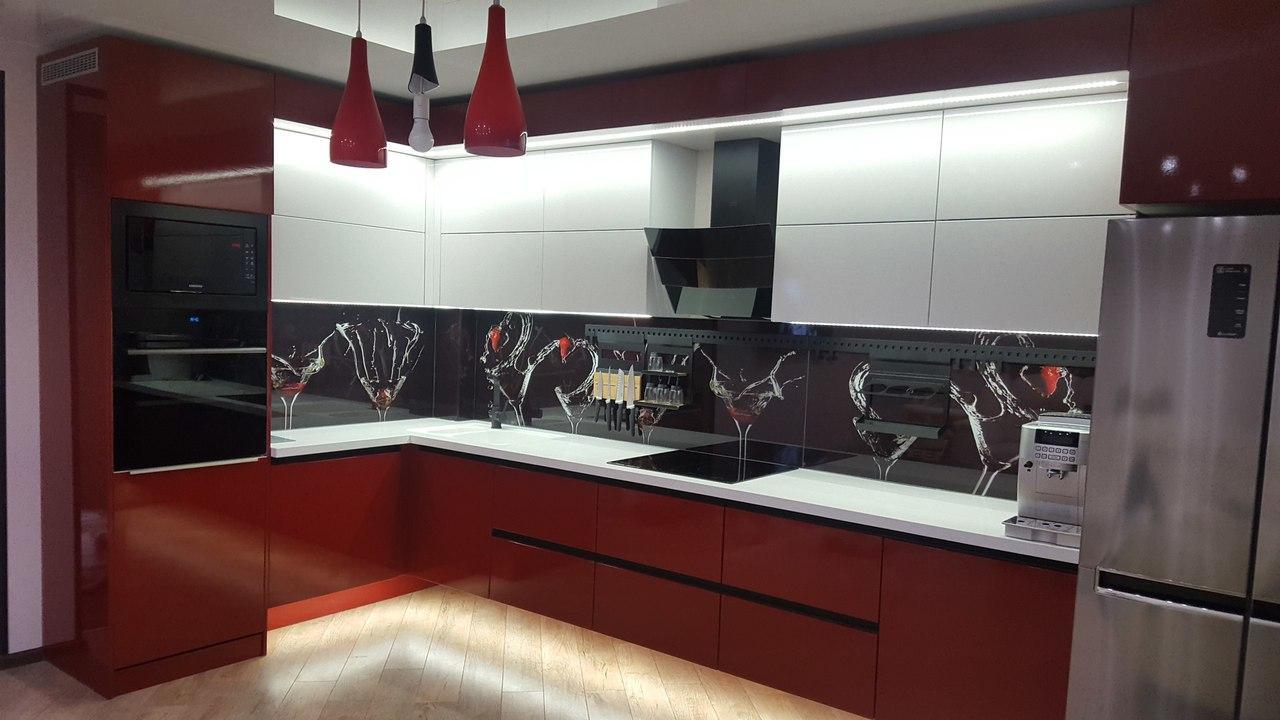 Красно-белая угловая кухня с ручками-профилями