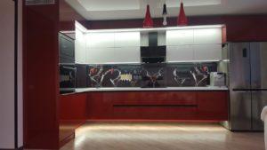 Угловая красно-белая кухня под потолок с подсветкой 2