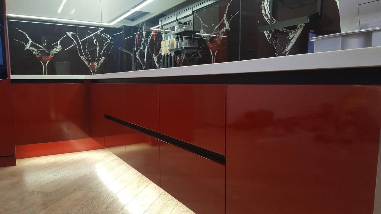 Угловая красно-белая кухня под потолок с подсветкой 3