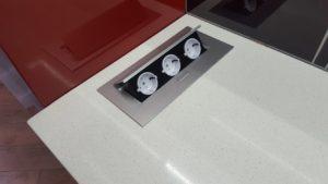 Угловая красно-белая кухня под потолок с подсветкой 6