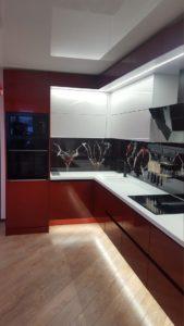 Угловая красно-белая кухня под потолок с подсветкой 7