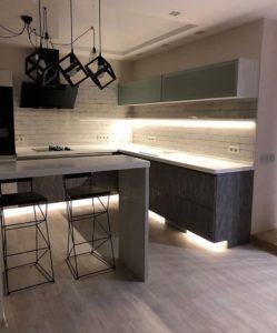 Угловая кухня с подсветкой в стиле Loft